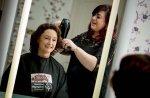 Fryzjer podczas pracy w salonie piękności