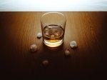 alkohol w szklance