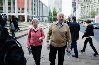 staruszkowie na spacerze
